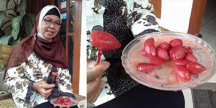Ibu Riani menunjukkan manisan palem ciptaannya