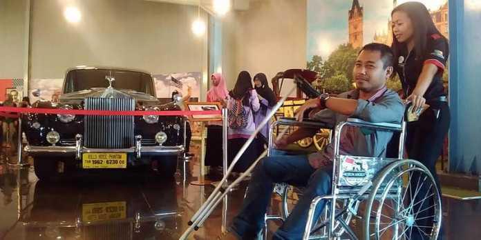 Salah satu pengguna kursi roda di museum angkut