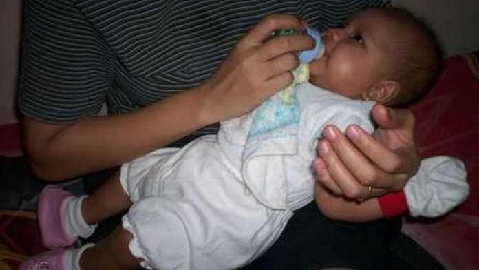 Bayi minum susu botol (anja)