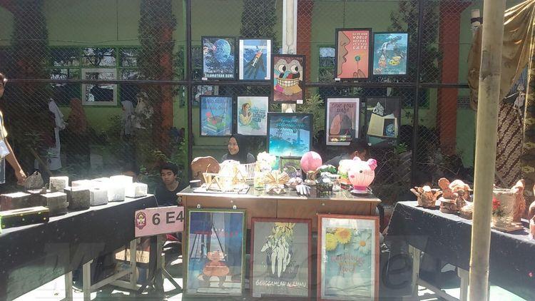 Karya-karya dalam pameran di SMAN 9 Malang. (Anja a)