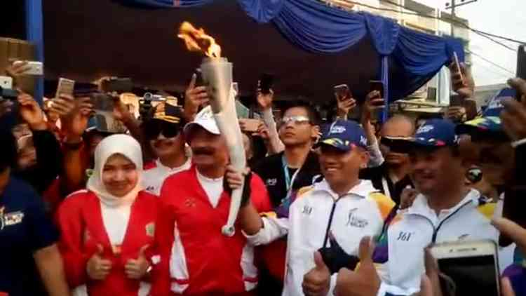 Dandim 0833/Kota Malang Letkol Inf Nurul Yakin membawa obor Asian Games 2018. (Mvoice)