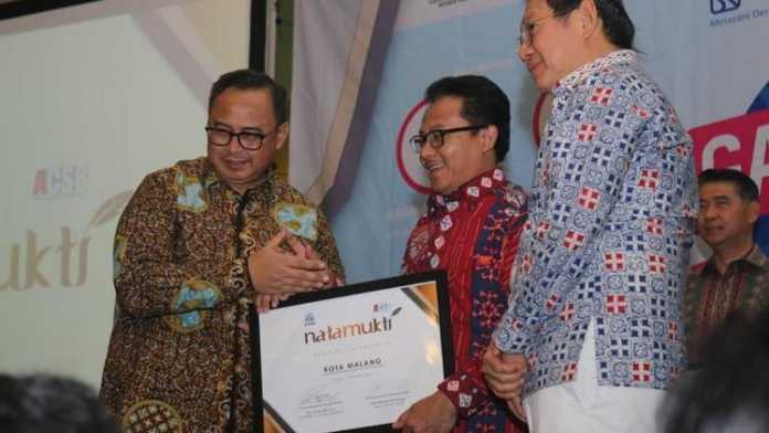 Wali Kota Malang, Sutiaji menerima penghargaan Natamukti dari International Council For Smart Bussines (ICSB), bertajuk Galang UMKM Indonesia 2019 Edisi 4 di IPB Convention Centre, Bogor, Senin (7/10). (Humas Pemkot Malang)